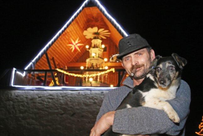 Andreas Kretzschmar mit Hündin Lisa vor seiner Pyramide, die sich im Giebel seiner Scheune in Sohra jedes Jahr dreht. 2014 hatte er die Pyramide ersteigert.