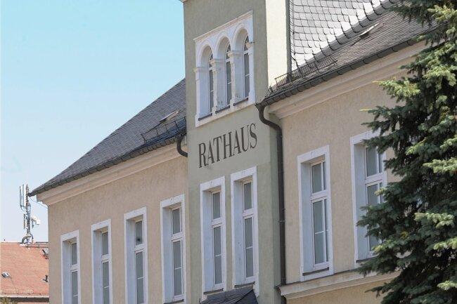 Die Ortschaftsräte tagen in der Regel in den Rathäusern vor Ort (im Foto in Grüna). Beschlussvorlagen der Chemnitzer Stadtverwaltung werden dort mitunter sehr kontrovers diskutiert. Darüber, wer sich äußer darf, gibt es nun einen Disput.