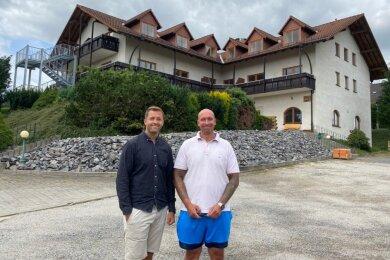 Philipp Dickert (links) und Marcel Martinez haben den Landgasthof Puschke gekauft und zu einem Wohnkomplex umgebaut. Bevorzugt Senioren wohnen hier in barrierearmen Wohnungen. Dazu gibt es Gemeinschaftsbereiche und die Möglichkeit, verschiedene Dienstleistungen zu nutzen.