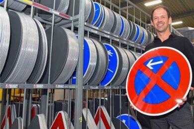 Marcel Fischer ist im Schilderwerk Beutha, Sitz Chemnitz, für die Vermarktung zuständig. Neben Verkehrszeichen werden vom Unternehmen auch individuelle Schilder gefertigt, etwa Glückwunschschilder.