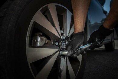 Kriminell: Immer wieder werden in der Region an Autos Radbolzen gelockert.