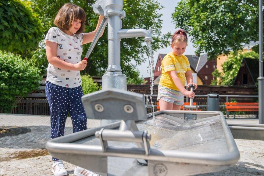 Bei erster Sommerhitze lockt Wasserspielplatz in Zschorlau