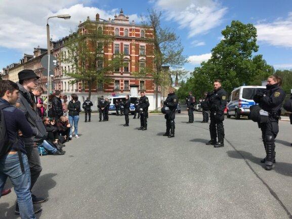 Polizisten an der Bernhardstraße.