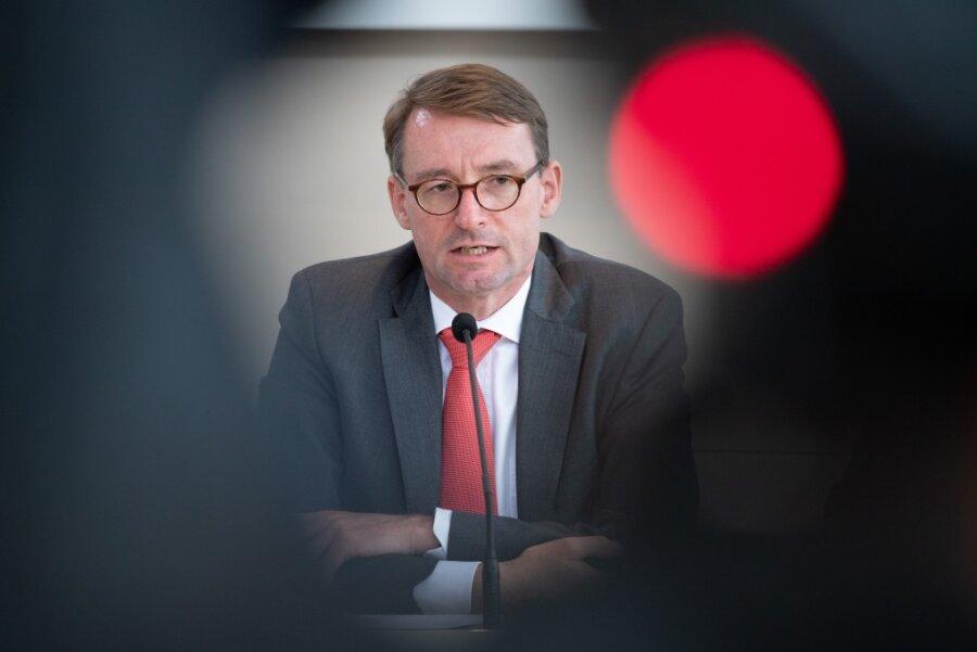 Innenminister Wöller beunruhigt über Corona-Proteste
