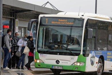 Die Stadtbuslinie 1 hält auch am Hohenstein-Ernstthaler Bahnhof. Im Sommer soll auf beiden Stadtbuslinien die Fahrt mit dem Bus wieder kostenlos sein. Das Angebot der Stadt soll mehr Leute in die Innenstadt locken.