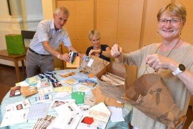 Stefan Benkert, Cornelia Skovaarb-Sörensen und Jana Pinka (v. l) beim Packen von Gutschein-Tüten.