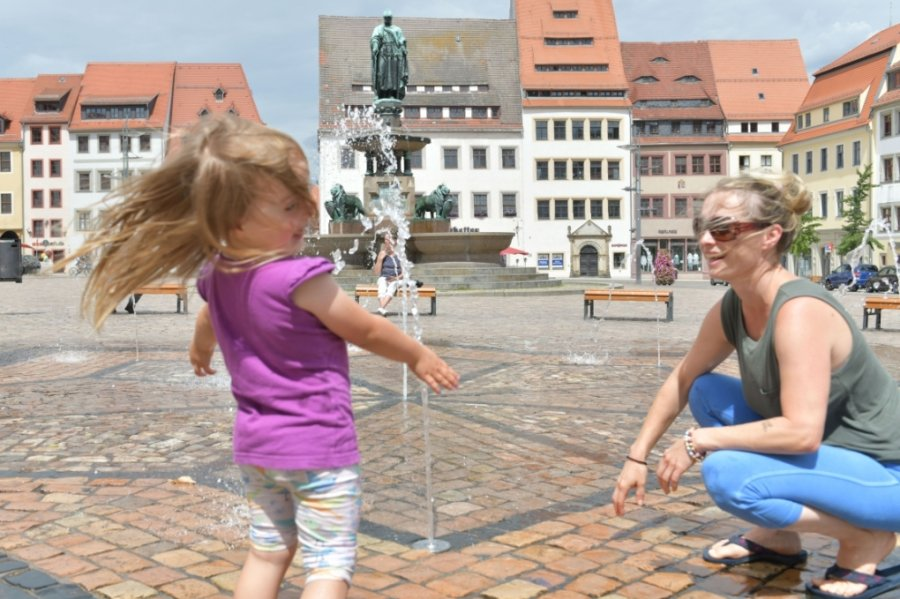 Die Wasserspiele auf dem Freiberger Obermarkt sind beliebt bei Groß und Klein. Sie sind als Gestaltungselemente, aber auch zum Planschen angelegt.