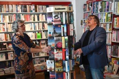 """Elke und Günther Ebert in ihrer """"Buchhandlung am Brühl"""" an der Elisenstraße. Jetzt finden dort auch wieder Lesungen statt, doch die fernere Zukunft ist ungewiss."""