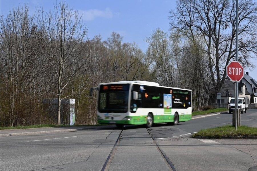 Noch queren alte Bahnschienen die Flockenstraße in Lugau, bald soll es ein Radweg sein.