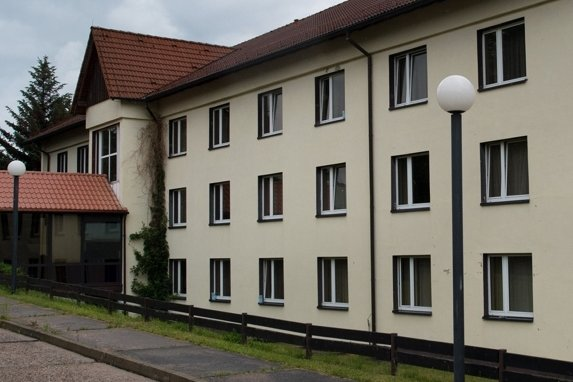Die vorübergehende Unterbringung von Asylbewerbern im Freitaler Leonardo-Hotel sorgt für Proteste der Einheimischen.