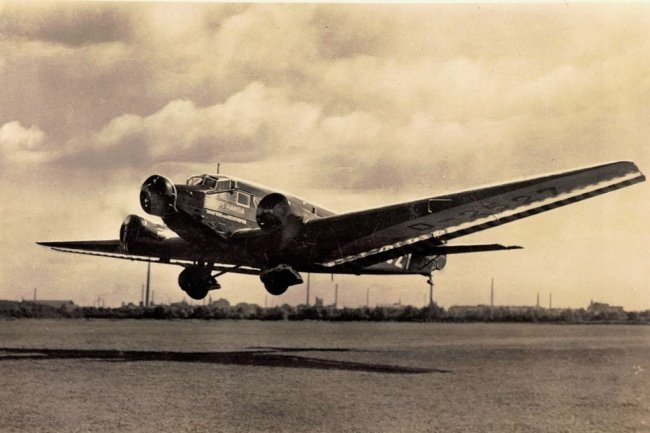 Eine Junkers Ju 52/3 der Lufthansa auf einer Postkarte der 1930er-Jahre.