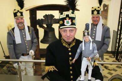 Heiko Götze (Mitte) präsentiert gemeinsam mit Uwe Nitschke (rechts) und Wolfram Thiemer die Figur des Jahres 2021: Den Hüttenknappschaftsältesten.