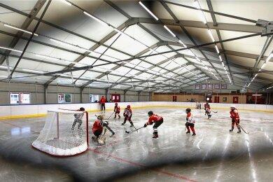 Seit Montag wird auf der rund 600 Quadratmeter großen Eisfläche trainiert.