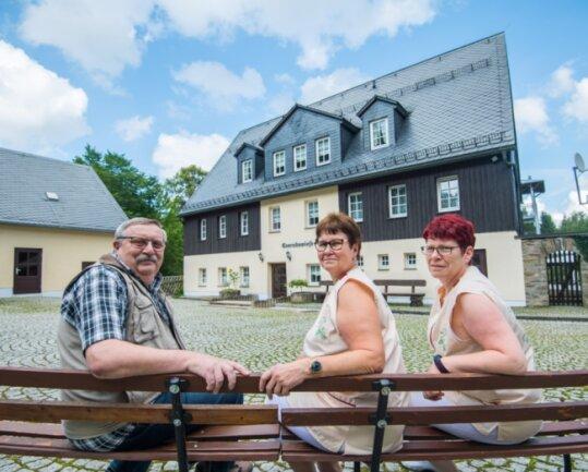 Das Waldschulheim Conradswiese feiert in diesem Jahr 30-jähriges Jubiläum. Genauso lange sind Matthias und Kerstin Golze dort die Herbergseltern, Köchin Dorothee Stark-Friedrich (rechts) komplettiert das Team.