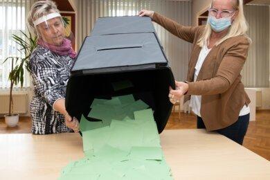 1904 Stimmzettel wurden in Thermalbad Wiesenbad gezählt. Der Briefwahlanteil war mit 444 Briefwählern deutlich höher als sonst. Im Bild: Janet Eberlein (l.) und Gabriele Plichta beim Leeren der Wahlurne.