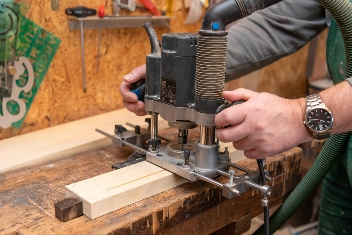 Unentbehrlich in Mike Seegers Werkstatt ist die Fräsmaschine, mit der auch die Sockel für die verschiedenen Bilder gestaltet werden.