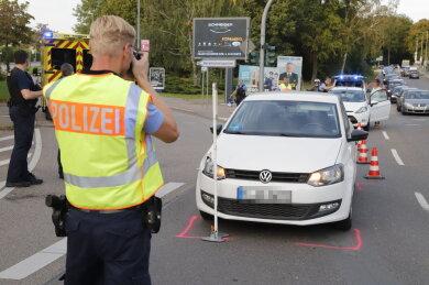 Bei einem Unfall an der Kreuzung Frankenberger/Dresdner Straße ist am Sonntag ein Mensch schwer verletzt worden.