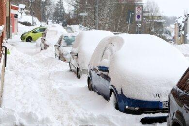 Alltag im Winter in Hohenstein-Ernstthal. Die Autos an der Dresdner Straße und die Bürgersteige waren eingeschneit.