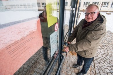 Schulleiter Jörg Prager schließt die Tür zur Grundschule Aue-Zelle auf. Dort dürfen seit dem gestrigen Montag wieder die Schüler der 1. bis 4. Klasse unterrichtet werden.
