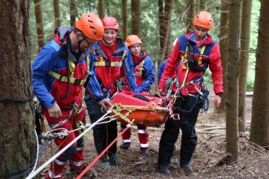 Der Landesverband des DRK hat mit seinen Bergwächtern ein großes Ausbildungswochenende im Westerzgebirge organisiert. Unter anderem wurde am Klettersteig in Erlabrunn trainiert.