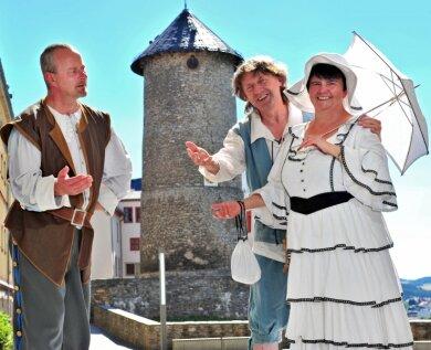 Jörg Horlacher, Jürgen Fortak und Helga Hartenstein (oben, von links) führen am Sonntag die Gäste der Schlössertour durch die Museen auf Schloss Voigtsberg in Oelsnitz.