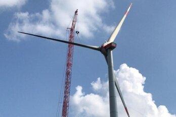 In Swatte Poele in Niedersachsen errichtet das Unternehmen aus Großschirma derzeit diese 200 Meter hohen Anlagen mit vier Megawatt Nennleistung.
