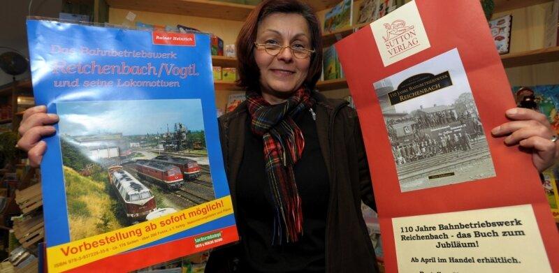 Angelika Scholz in der Evangelischen Buchhandlung mit beiden Vorankündigungen.