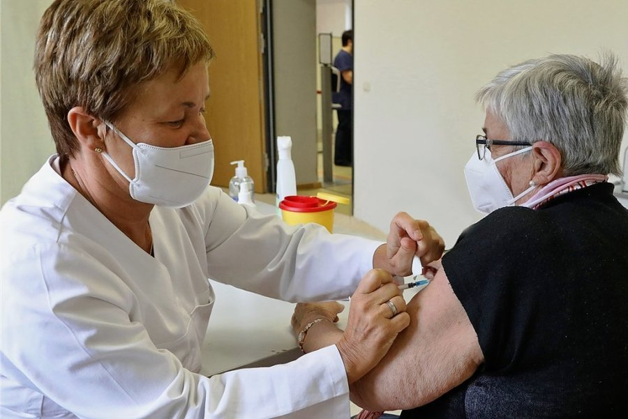 Nach der Impfung durch Ärztin Steffi Löffler wird die 85-jährige Renate Jahn gleich einen Eintrag in ihren Impfpass erhalten.