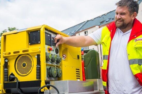 Wie wichtig Notstromaggregate sind, ist jedem klar. Hier im Bild Christian Schomburg, Gruppenführer beim Katastrophenschutz.