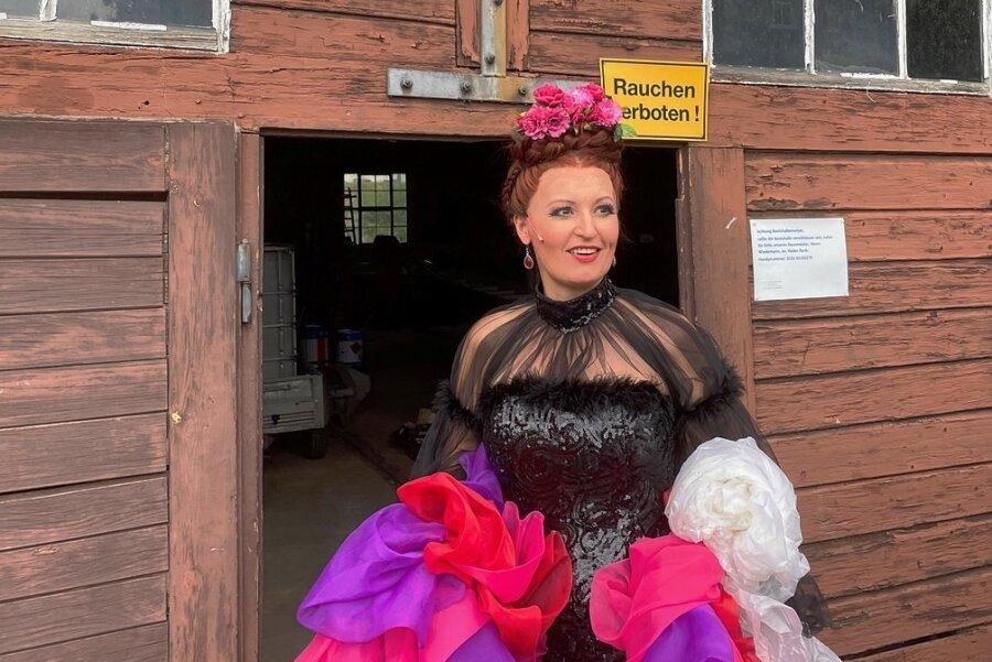 Sopranistin Tonje Haugland vor der Lagerhalle der Talsperrenverwaltung an der Seebühne Kriebstein, wo sie sich vor den Vorstellungen einsingt. Die Norwegerin gibt im Wechsel mit der argentinischen Primadonna Leonora Weiß-del Rio vom Mittelsächsischen Theater die Csárdásfürstin.
