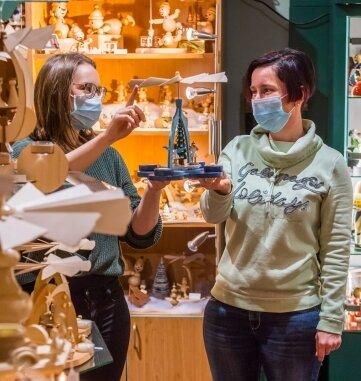 Bei Celine Lubojanski (l.), Geschäftsführerin vom Kunsthandwerk und Café am Stern in Neukirchen, standen die Kunden schon in den vergangenen Tagen Schlange. Am Mittwoch beriet sie Kundin Sandra Herold.