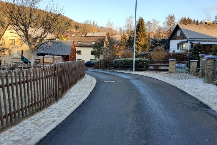 Die Straße Am Friedrichsbach im Schwarzenberger Ortsteil Pöhla sieht heute so aus.