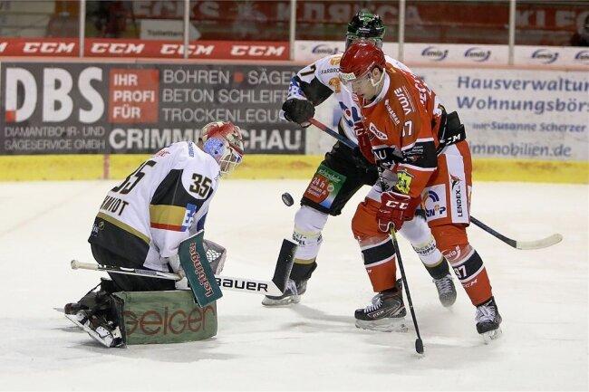 Christoph Körner (rechts) hatte für die Eispiraten gegen Ravensburg zum 1:1 ausgeglichen.