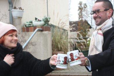 Sandy Eichhorn entwarf die Weihnachtstasse fürs Corona-Jahr 2020. Andreas Marschner vom Eiscafé gab sie in Auftrag.