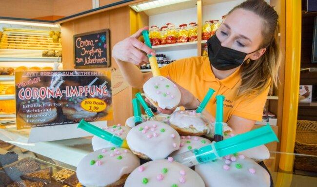 Vanessa Bretschneider, Auszubildende zur Bäckerin im dritten Lehrjahr, mit diesjährigen Corona-Edition der Pfannkuchen.