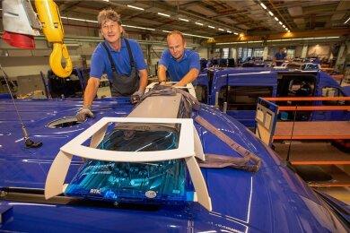 Konstruktionsmechaniker Thomas Zeh (links) und Sven Deeg bringen die Signaltechnik an einem der THW-Transporter an. Für ein Einsatzfahrzeug sind 109 Arbeitsstunden kalkuliert.