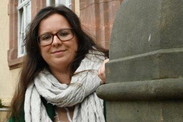 """Anna-Charlotte Schmidt leitet das Projekt """"Unantastbar Mensch"""". Ziel ist es, die Geschichte des Förderzentrums aufzuarbeiten, aber auch den Wert der Demokratie in den Vordergrund zu rücken."""