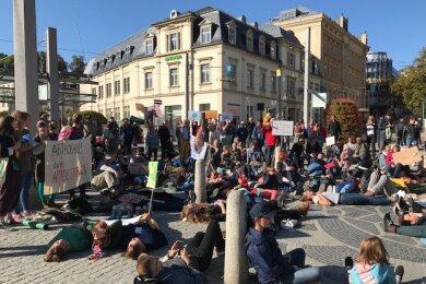 """Mit einer symbolischen """"Sterbe""""-Aktion wiesen Teilnehmer der Demo aufs Artensterben hin."""