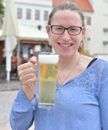 """Zum Bier in der """"Bürgerhütte"""" lädt Tina Meier ein."""