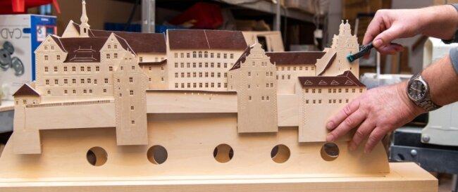 Viele Stunden Handarbeit stecken auch in diesem Standbild. Es ist eine Darstellung des Colditzer Schlosses und entsteht speziell nach Kundenwunsch.