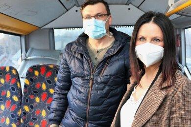 Die Landtagsabgeordnete Susan Leithoff aus Schönerstadt (CDU) informierte sich in Leubsdorf bei Dr. Mike Körner über die Abläufe im Impfbus.