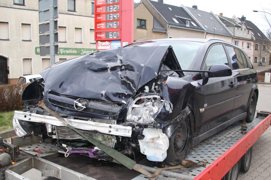 Ein 33-Jähriger geriet auf der Unteren Schloßstraße in Augustusburg mit seinem Opel auf die Gegenfahrbahn und prallte mit einem Lkw zusammen.