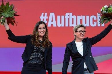 Echte Blumen beim digitalen Parteitag: Janine Wissler (links) und Susann Hennig-Wellsow, sind das neue Führungsduo der Linken.
