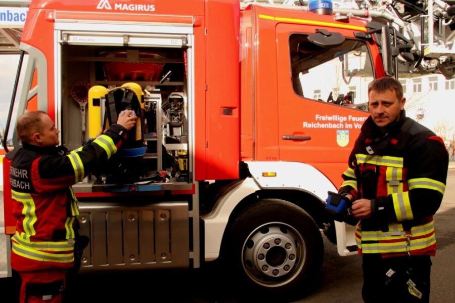 Auch wenn die Ausbildung ausfällt, gehört es zu den Aufgaben von Atemschutzgerätewart Dominik Hoffmann (links), monatlich die Technik zu überprüfen. Gleiches gilt für die Wärmebildkamera, die Reichenbachs Stadtwehrleiter Thomas Weck in der Hand hält.