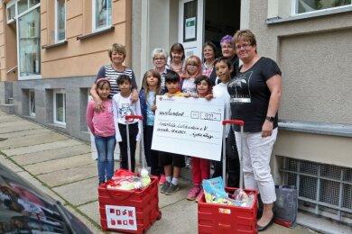Lydia Zupp von der Knappschaft Chemnitz (rechts) hat zwei Geschenkkörbe und 900 Euro für die Kinderhilfe Lichtenstein dabei.