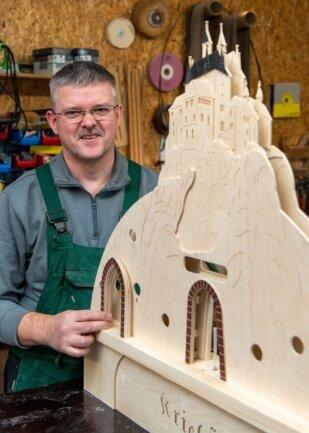 Mike Seeger fertigt in seiner Werkstatt Lichterbögen und Fensterbilder. Derzeit arbeitet er unter anderem an der Burg Kriebstein.
