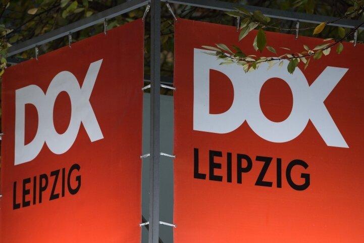 """Ein Banner mit der Aufschrift """"DOK Leipzig"""" in einer Fußgängerpassage."""