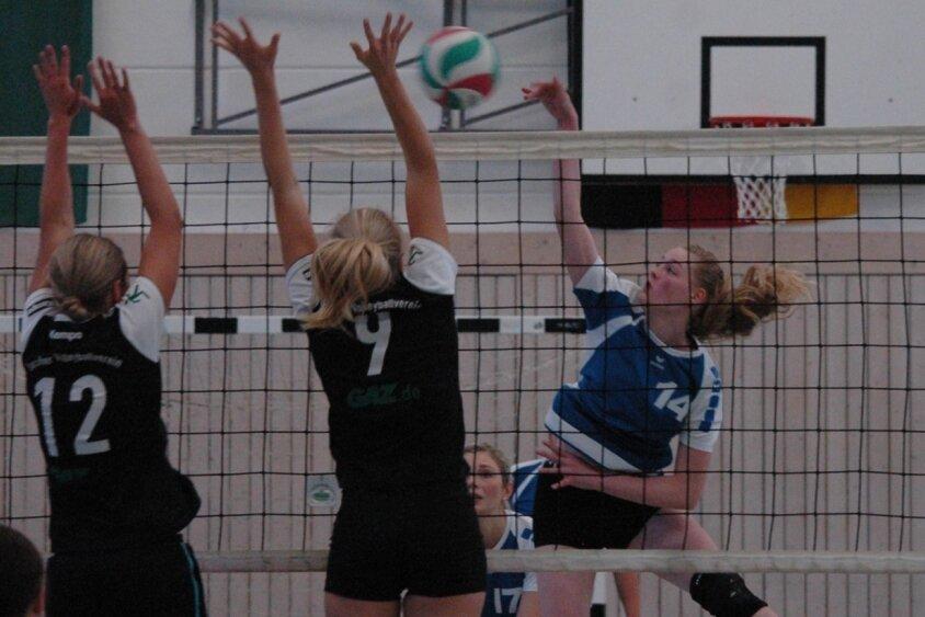Julia Irmscher (r.) von den Milkauer Volleyballerinnen sorgte mit ihren Angriffen immer wieder dafür, dass die Mannschaft ihre ersten Saisonpunkte in der Bezirksliga einfuhr. Mit vier Zählern aus den ersten beiden Heimspielen gelang den SVU-Damen ein solider Saisonstart.