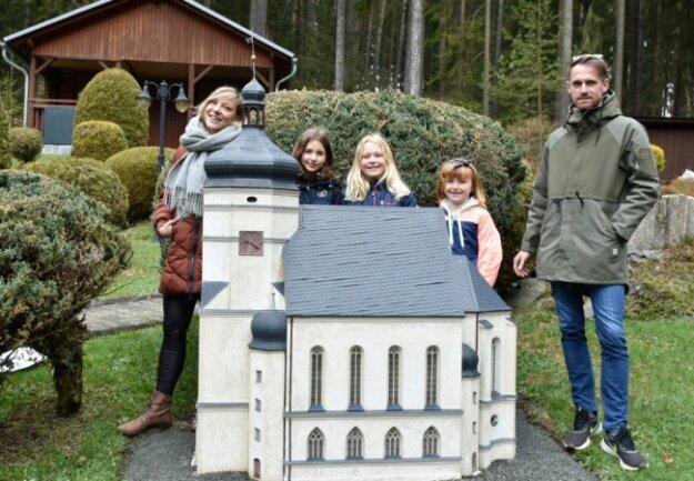 Die Miniaturschauanlage Klein-Vogtland und der Botanische Garten in Adorf sind wieder geöffnet. Am Samstag zählten die Lebenspartner Josefine Böhm und Robert Georgi aus Weischlitz mit den Kindern Marlies, Elli und Zoe zu den Besuchern und schauten sich unter anderem die Kürbitzer Salvatorkirche an.