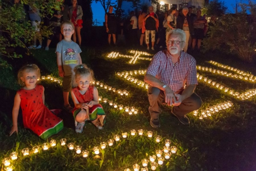 Wo 8000 Teelichter glänzen und Hohndorfer Jecken Lachmuskeln strapazieren